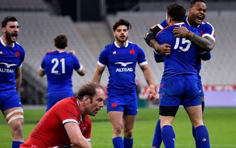 Franse rugbyers winnen in slotseconden van Wales en houden zicht op titel
