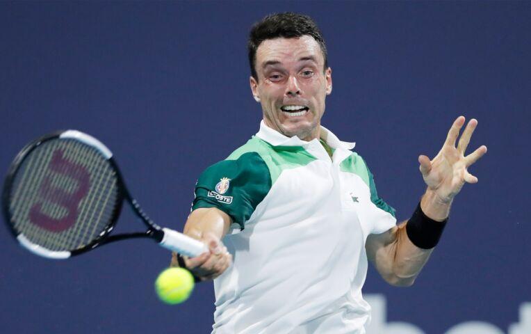 Bautista Agut wint weer van met tennis racket smijtende Medvedev