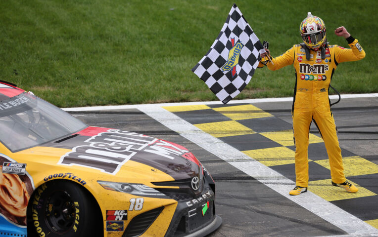 Kyle Busch is jarig en wint in NASCAR-race in Kansas