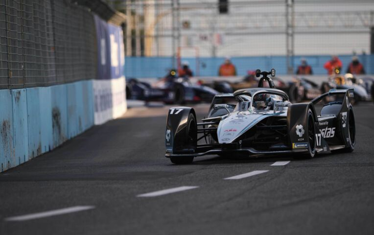 Vergne wint Formule E-race in Rome na crash Mercedessen