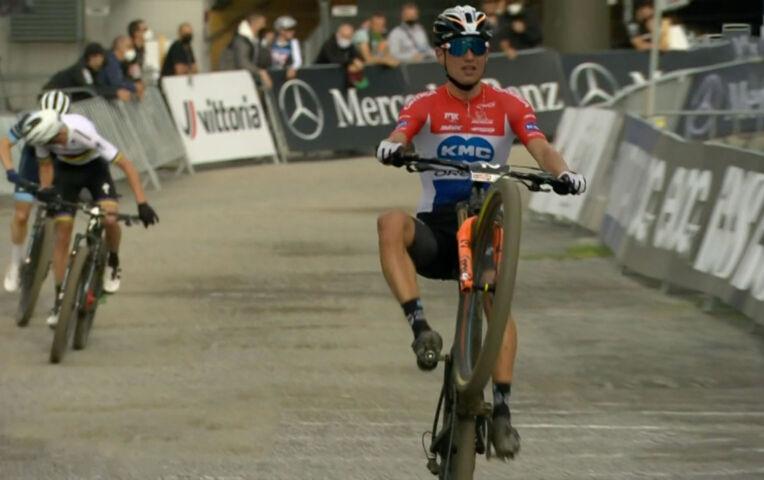 Flueckiger wint shortrace in Leogang, Milan Vader met wheelie naar 3e plaats