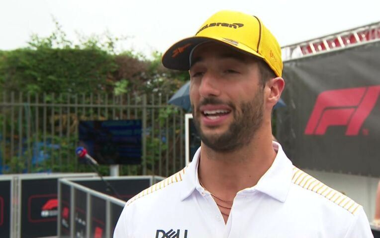 Ricciardo: 'Ik had me moeten scheren, ik wist niet dat mijn mondkapje af mocht!'