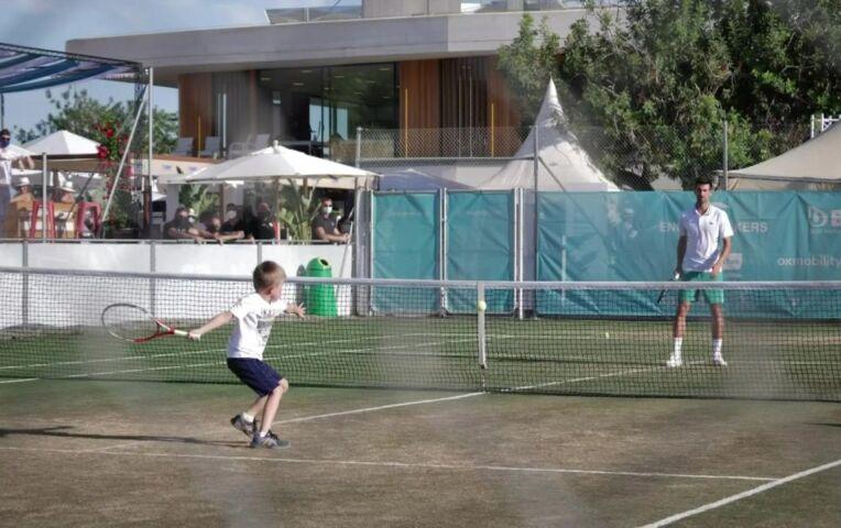 Djokovic doet warming-up met zoon
